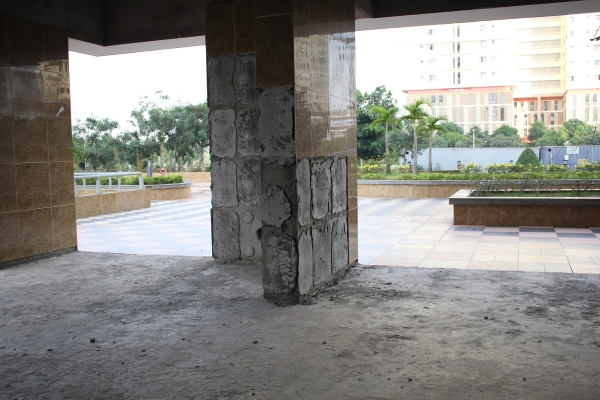 Bên trong tòa nhà thê thảm cũng không kém khi gạch men dán tường rớt từng mảng.
