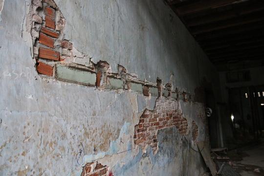 Vách tường bị muối ăn mòn, dù quét vôi loại tốt nhưng đều bị tróc ra.