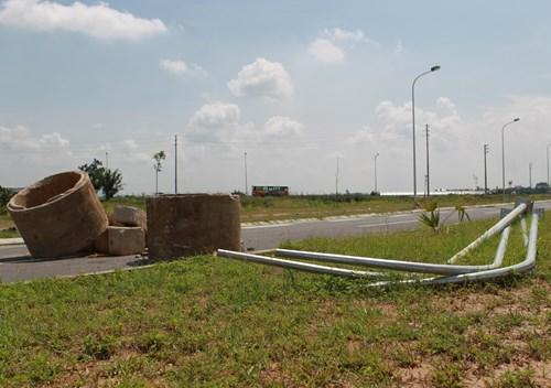 Cũng theo nghi nhận của Tiền Phong, nhiều hạng mục công trình này cũng chưa được hoàn thiện. Nhiều cột đèn chiếu sáng vẫn nằm chỏng chơ trên nền đất.