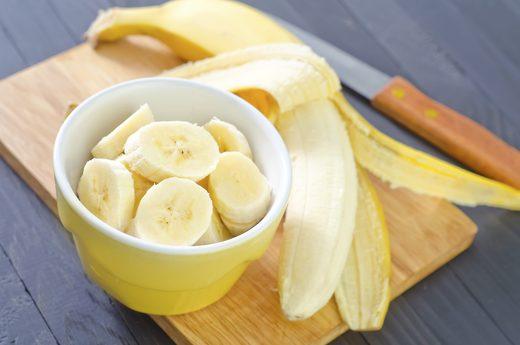 Bạn có thể ăn nhẹ một hoặc hai quả chuối vào buổi tối, hay làm sinh tố và kết hợp với các thực phẩm khác để thành món ăn yêu thích giúp khắc phục chứng khó ngủ.