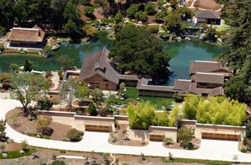 Dinh thự sang trọng của ông ở Woodside, California được thiết kế giống những ngôi làng Nhật thời phong kiến.