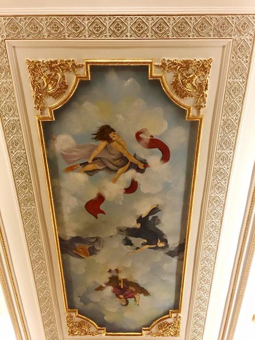 Căn biệt thự toát lên vẻ quý phái với những họa tiết dát vàng cùng với những bức họa tinh tế trên trần nhà