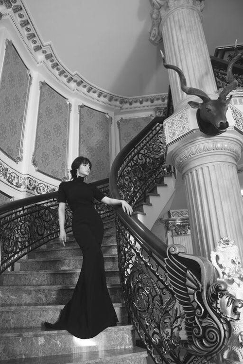 Nữ diễn viên chưa tiết lộ trị giá tài sản trong ngôi biệt thự của cô, nhưng nhìn vào khối nội thất đồ sộ và sang trọng, thì chắc chắn giá trị tổng căn nhà đó không thể dưới 50 tỉ đồng.