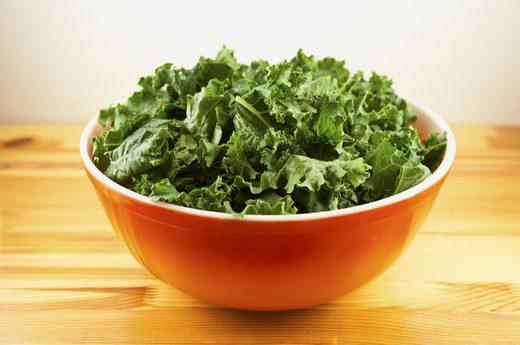 Rau cải xoăn lọt top 12 thực phẩm giúp bạn dễ ngủ.