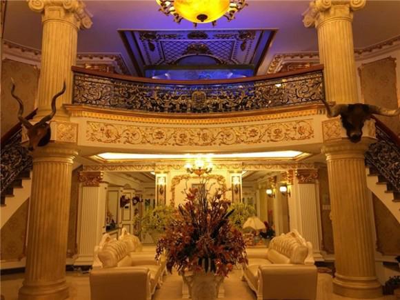 Điều đặc biệt bên trong tòa biệt thự được dát vàng cùng với nhiều món đồ nội thất xa xỉ.