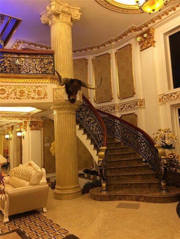 Phòng khách của căn biệt thự có rất nhiều chi tiết được dát vàng và thiết kế vô cùng cầu kỳ, tinh xảo.