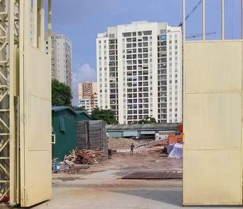 Cổng vào dự án trên đường Lê Văn Thiêm