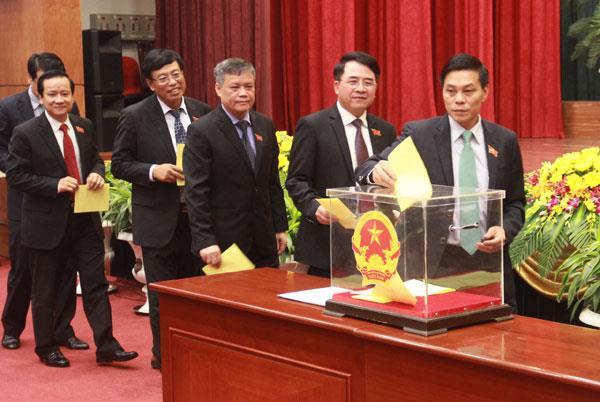 Các đại biểu bỏ phiếu bầu Chủ tịch UBND thành phố khóa XV