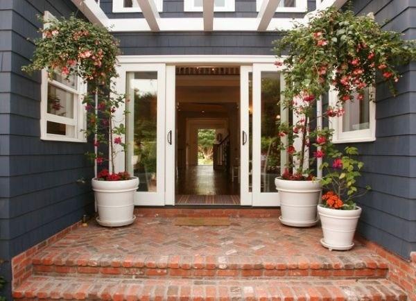 Bạn cũng có thể thiết kế những chậu hoa rực rỡ và cao lớn dành cho các ngôi nhà rộng rãi.