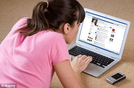 Thay vì ra ngoài đi bộ, gặp gỡ bạn bè, nhiều người lựa chọn ở nhà quây quần trên Facebook.