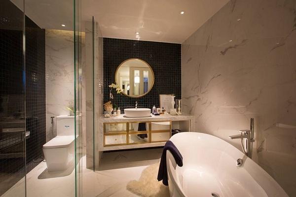 Phòng tắm và vệ sinh được dát vàng một số hóa tiết tạo điểm nhấn, phòng được ốp đá toàn bộ