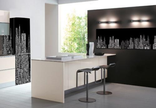 Nhà bếp với tủ lạnh, tủ bếp và tường mô phỏng hình ảnh của các tòa cao ốc rực rỡ về đêm một cách cực kỳ sáng tạo với mẫu giấy decal.