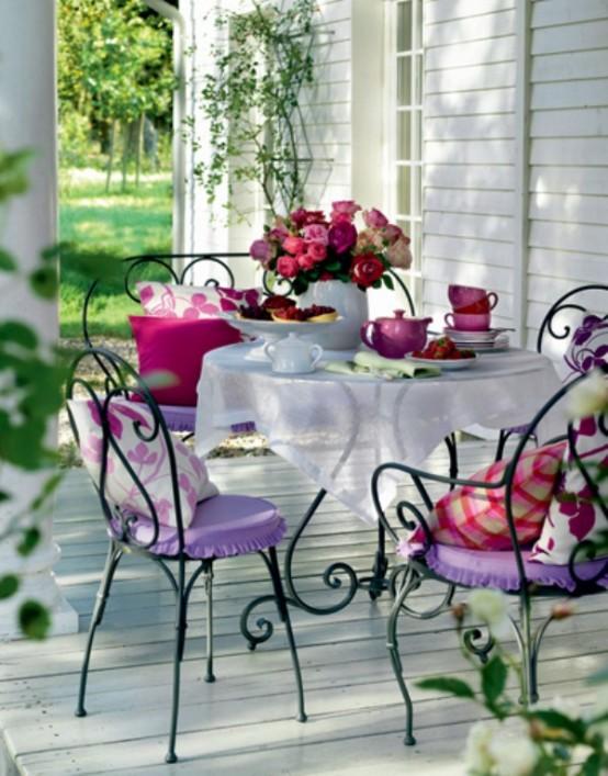 Bạn có thể làm điệu thêm cho phần hiên nhà với bộ bà trà tuyệt đẹp này.