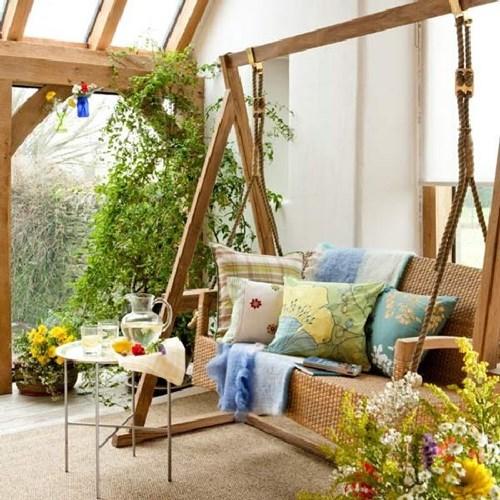 Ghế kiểu xích đu, đi kèm với một chiếc bàn nhỏ làm cho không gian trở nên vô cùng lãng mạn.