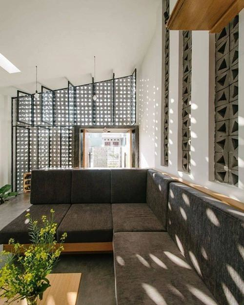 Những vệt sáng lạ mắt được tạo ra từ các ô thoáng của bức tường phòng khách.