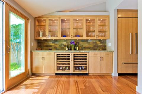 Tủ lạnh trong căn bếp này được ngụy trang khéo léo. Cánh tủ lạnh không những trùng với màu gỗ của tủ bếp mà nó còn tách biệt ra khỏi không gian bếp bằng hốc âm tường.