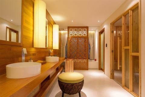 Phòng tắm rộng thoáng với vách trang trí gỗ kết hợp với chất liệu vải của màn tạo không gian thư giãn lý tưởng.