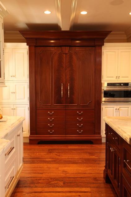 Tủ lạnh trong căn bếp này cũng được ngụy trang hoàn hảo trong tủ quần áo với những hộc tủ giả ở phía trước.