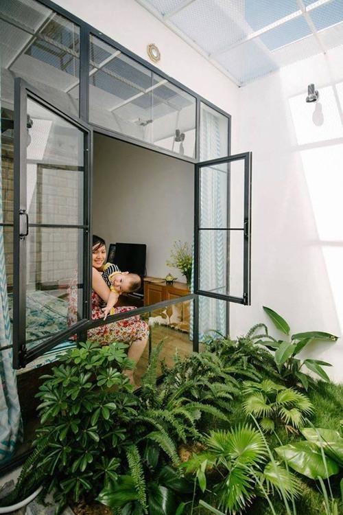 Cửa sổ kính nhìn ra khu vườn nhỏ xanh ươm rất thoáng mát.