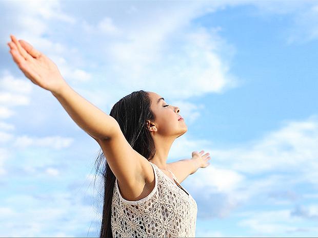 Tắm nắng giúp bổ sung năng lượng cho cơ thể, đặc biệt khi bạn bị giam cầm cả ngày trong không gian của văn phòng.
