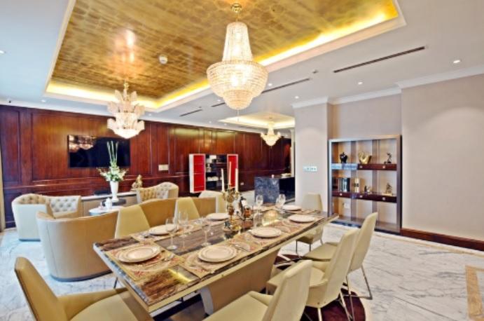 Một số nguồn tin cho rằng, tủ căn hộ được làm bằng da cá sấu có trị giá tới 400 triệu đồng, ghế sofa được khâu tay tỉ mỉ với giá khoảng 1,2 tỷ đồng.