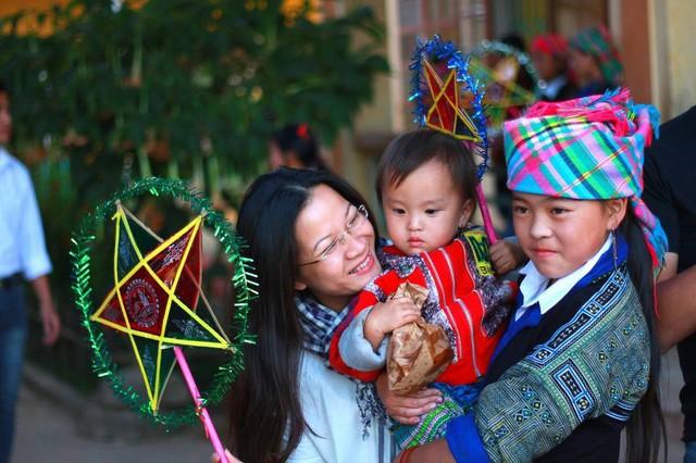 Chị Cẩm Thơ tại buổi tổ chức Trung thu cho trẻ em Mù Căng Chải của quỹ Cơm Có Thịt.