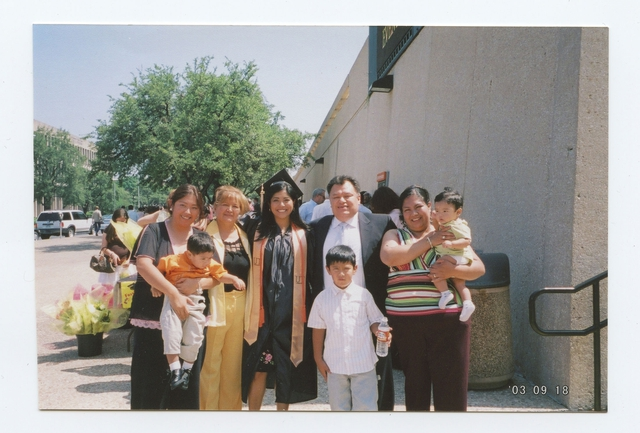 Arce chụp ảnh cùng gia đình trong lễ tốt nghiệp đại học
