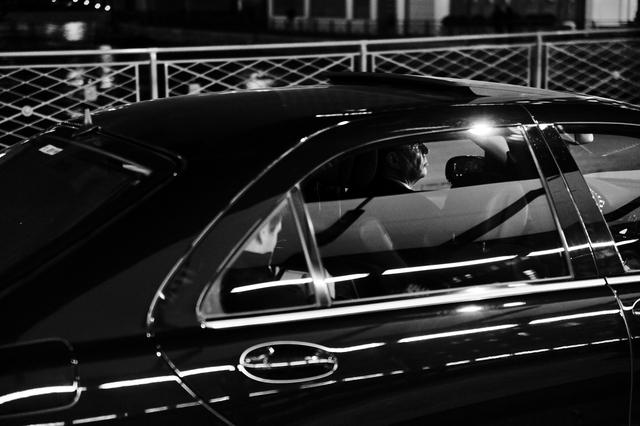 Chiếc xe limousine chở khách hàng đến giao dịch