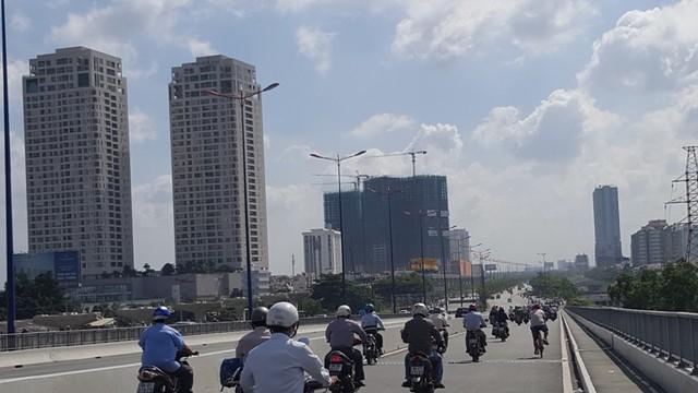 Bên tay phải là các dự án BĐS cao tầng đang đua nhau mọc lên nhằm ăn theo tuyến metro số 1.