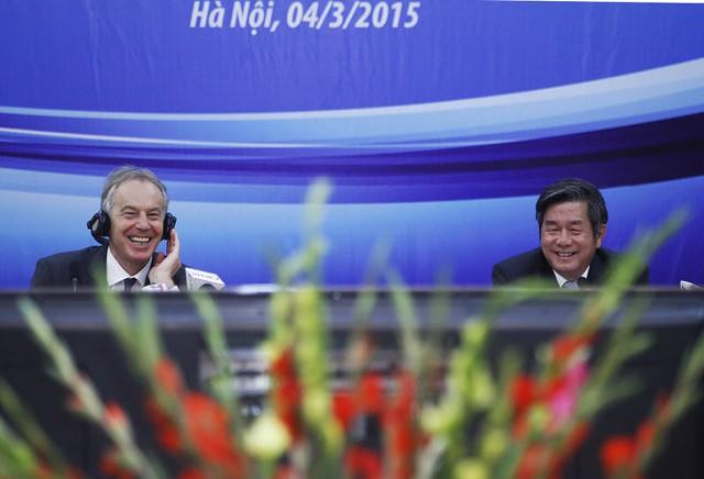 Cựu thủ tướng Anh Tony Blair và Bộ trưởng Bộ kế hoạch - đầu tư Bùi Quang Vinh (từ trái qua) tươi cười sau khi nghe được một câu hỏi thú vị từ phía các vị khách mời - Ảnh: Nguyễn Khánh