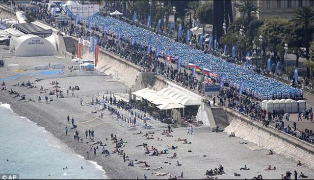 Một tỷ phú người Trung Quốc đã đưa 6.400 nhân viên của mình đi du lịch 4 ngày tới bãi biển Cote D'Azur, Pháp. Không chỉ vậy, họ còn phá vỡ kỷ lục thế giới về đoàn người xếp hàng lớn nhất thế giới.