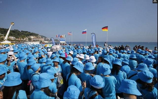 Phải cần tới 147 chiếc xe bus để đưa đoàn du khách này từ các khách sạn tới Promenade des Anglais ở Nice. Tại đây, tổ chức Kỷ lục Thế giới Guinness đã có mặt để xác nhận kỷ lục đoàn người xếp hàng lớn nhất thế giới.