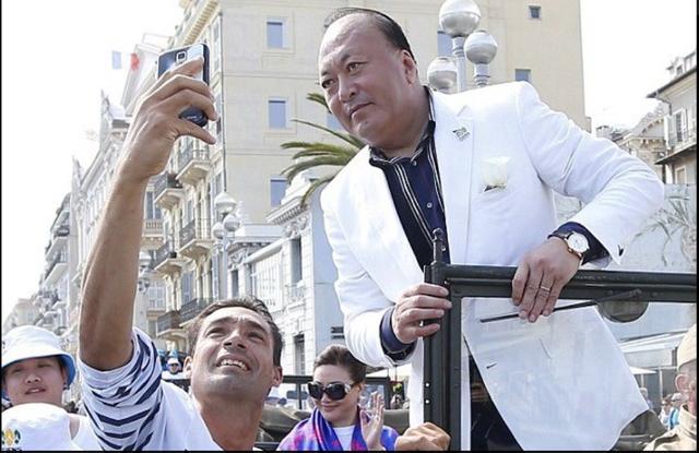 Li Jinyuan, 57 tuổi, được liệt vào danh sách tỷ phú của Forbes và là người đã đưa hơn một nửa số nhân viên của mình tới Pháp để kỷ niệm 20 năm ngày thành lập công ty. Tập đoàn quốc tế của Li Jinyuan đã được ông thành lập vào năm 1995, với nhiều lĩnh vực kinh doanh khác nhau như công nghệ sinh học, quản lý y tế, thương mại điện tử, khách sạn, du lịch và nhiều lĩnh vực khác.