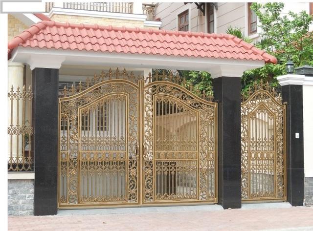 Nếu cửa chính đối diện với cửa chính nhà bên cạnh nên dùng gương bát quái hoặc chuông gió treo ở cửa.