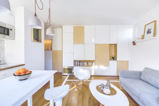 Cũng với diện tích 30 m2, các không gian sinh hoạt chung của ngôi nhà này gồm phòng khách, bàn ăn, bếp được thiết kế liên thông tạo được sự thông thoáng cho không gian và giúp tiết kiệm diện tích.