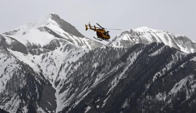 Chiếc máy bay trực thăng đang bay trên dãy núi Alps trong nỗ lực tìm kiếm cứu hộ