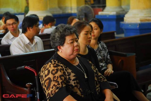 Bà Hứa Thị Phấn, người có quyền lợi và nghĩa vụ liên quan trong vụ án này cũng đến dự tòa (ảnh Trần Quang)