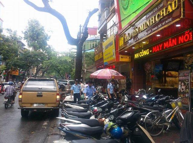 Lượng xe của khách đến giao dịch đông khiến phố vàng tắc đường ngày mưa gió.