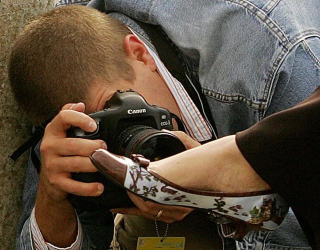 Nhiếp ảnh gia cúi xuống để chụp cận cảnh đôi giày của Theresa May, khi bà đến Trung tâm Hội nghị quốc tế Bournemouth vào ngày 5/10/2004.