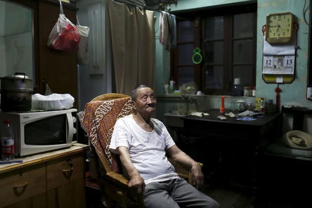 Ông Wang Cunchun (90 tuổi) sống với con trai 60 tuổi trong một căn hộ rộng gần 10m2 ở Thượng Hải (Trung Quốc).