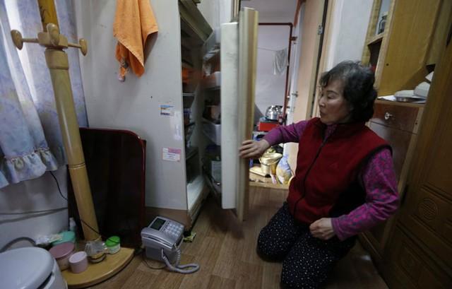 Bà Kong Kyung Soon (73 tuổi) sống trong một căn hộ chật chội với không gian sinh hoạt chỉ là 2m2 (không tính khu vực làm nhà vệ sinh và nấu nướng) tại Seoul, Hàn Quốc.