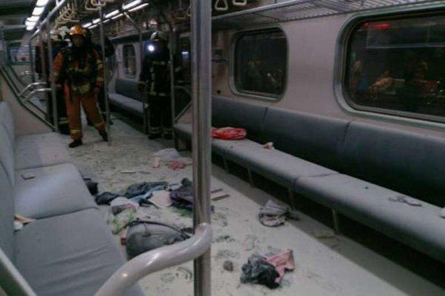 Nền toa tàu ngổn ngang các vật dụng của hành khách sau vụ nổ. Ảnh: Cục Đường sắt Đài Loan