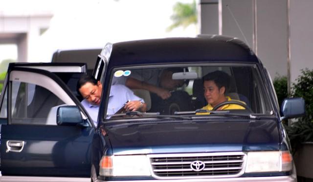 Ông Phan Hòa Bình (trái) sau khi làm việc với Cơ quan điều tra Bộ Công an tại trụ sở Ban tổ chức Tỉnh ủy Bà Rịa - Vũng Tàu sáng 3-7