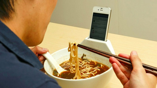 Những người nghiện smartphone thường bỏ ra 3,75 giờ/ngày nhìn vào màn hình điện thoại.
