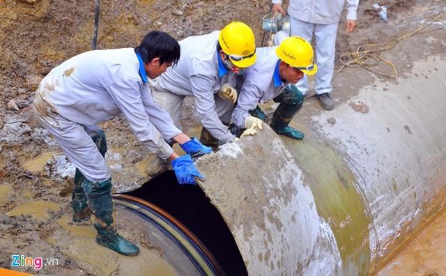 Ảnh đường ống nước sạch Sông Đà trong lần bị vỡ thứ 13. Ảnh: Hoàn Nguyễn/Zing.vn.