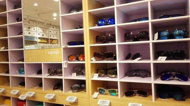 Các mẫu kính sành điệu với giá phải chăng tại một cửa hàng Miniso Malaysia.