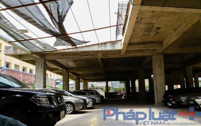 Không những nhận trông giữ xe, bên trong khu dự án này còn có điểm rửa xe ô tô khá tấp nập khách.