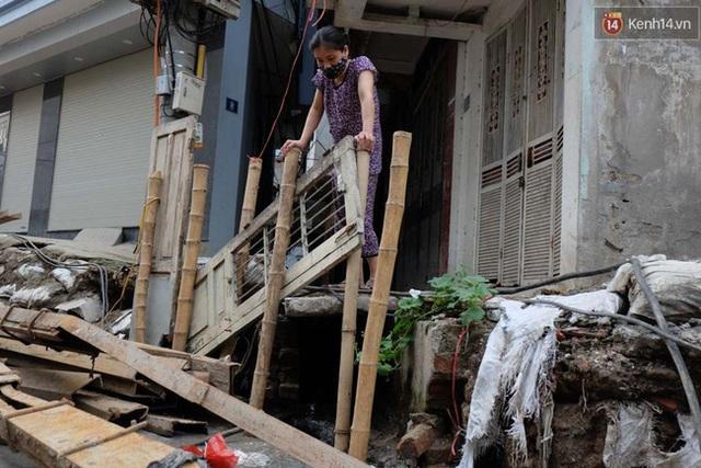 Nhiều người dân sống gần khu vực không chịu nổi mùi hôi thối từ nước cống sinh hoạt chảy ra.
