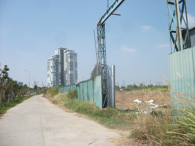 <br /><br /><br /> Dự án khu dân cư rộng hàng trăm ha do công ty Đức Khải làm chủ đầu tư tại quận 2. Tuy nhiên, nhiều năm qua đây chỉ là bãi đất hoang.<br /><br /><br />
