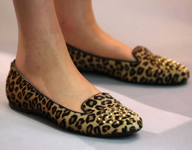 Phong cách giày tại hội nghị đảng Bảo thủ ở Trung tâm Hội nghị Quốc tế ngày 9/10/2012 của Theresa May. Bà có niềm đam mê đặc biệt đối với họa tiết da báo và nạm đinh.